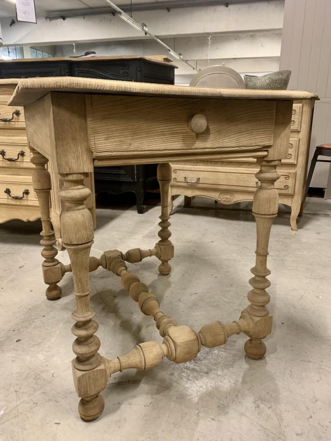 Jolie petite table d'appoint décapée