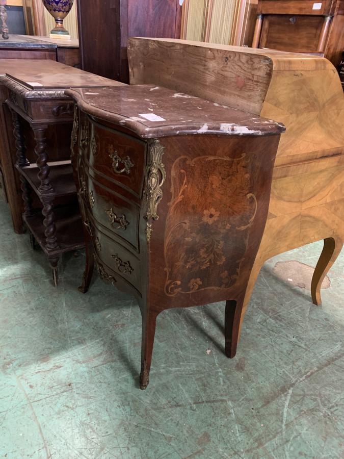 Petite commode de style Louis XV en marqueterie de bois de rose
