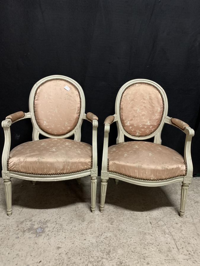 Deux fauteuils d'époque Louis XVI