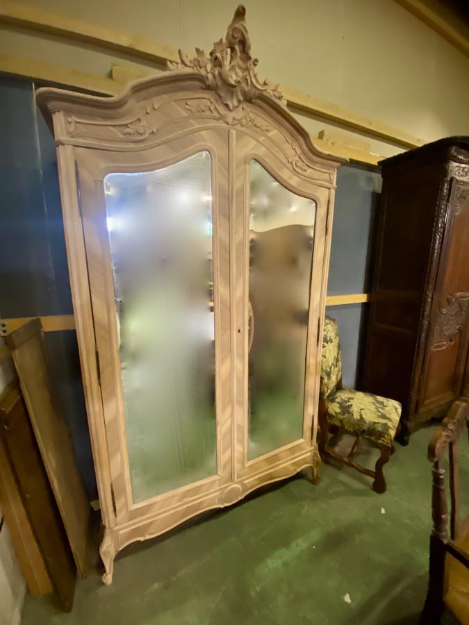 Belle armoire décapée à glaces biseautés