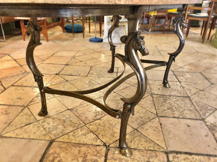 Table en travertin et piétement chevaux
