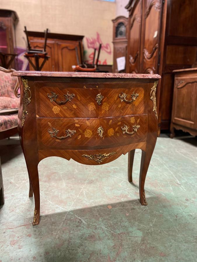 Commode style Louis XV en marqueterie de bois de rose