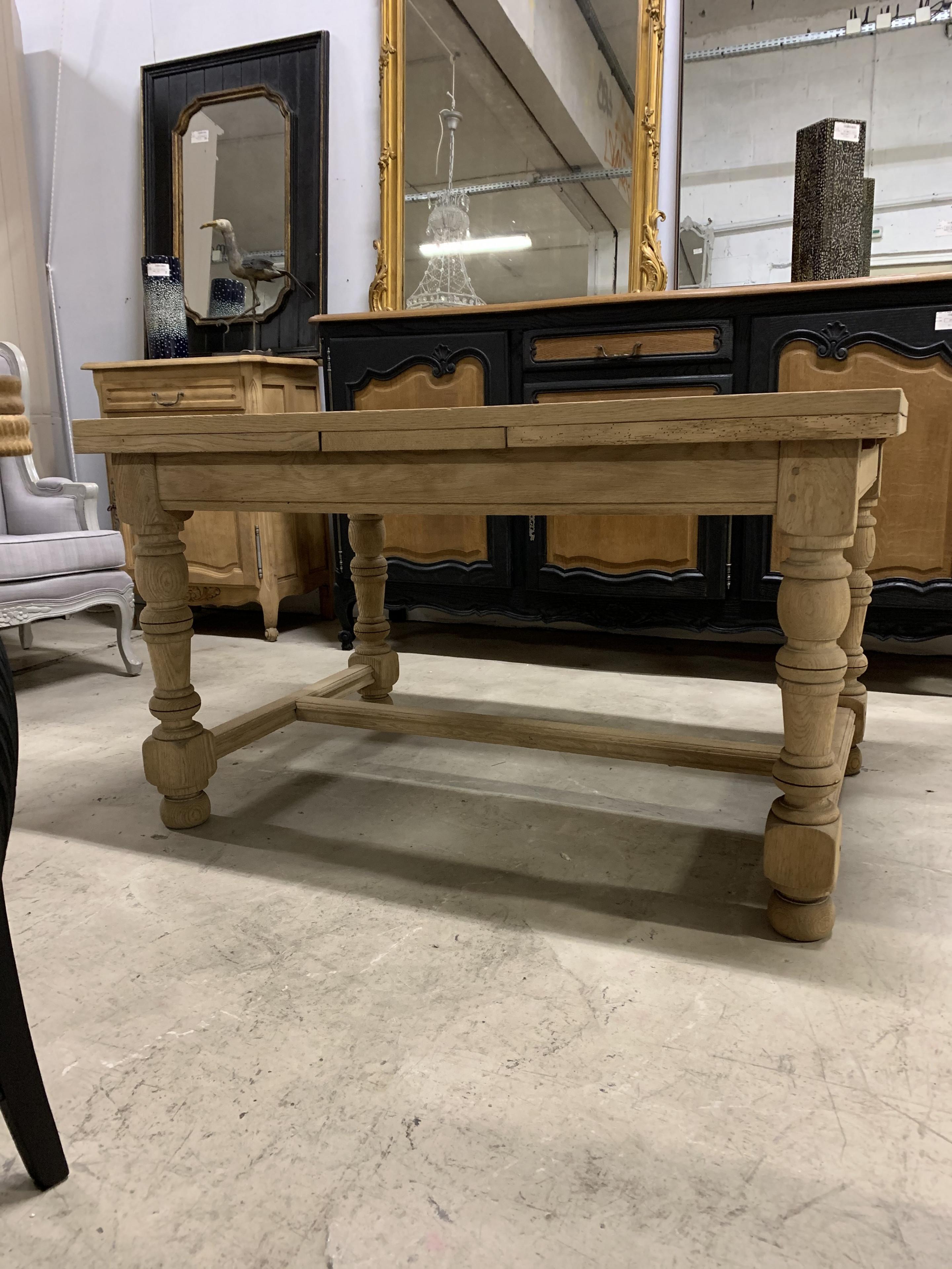 Ravissante petite table de ferme en chêne décapée