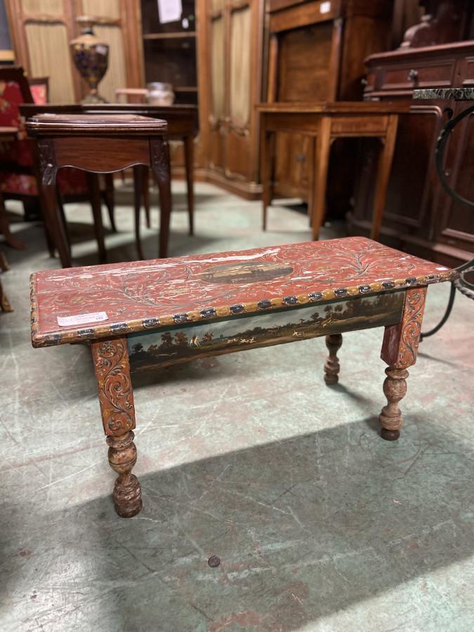 Ravissante petite table basse à décors peints à la main
