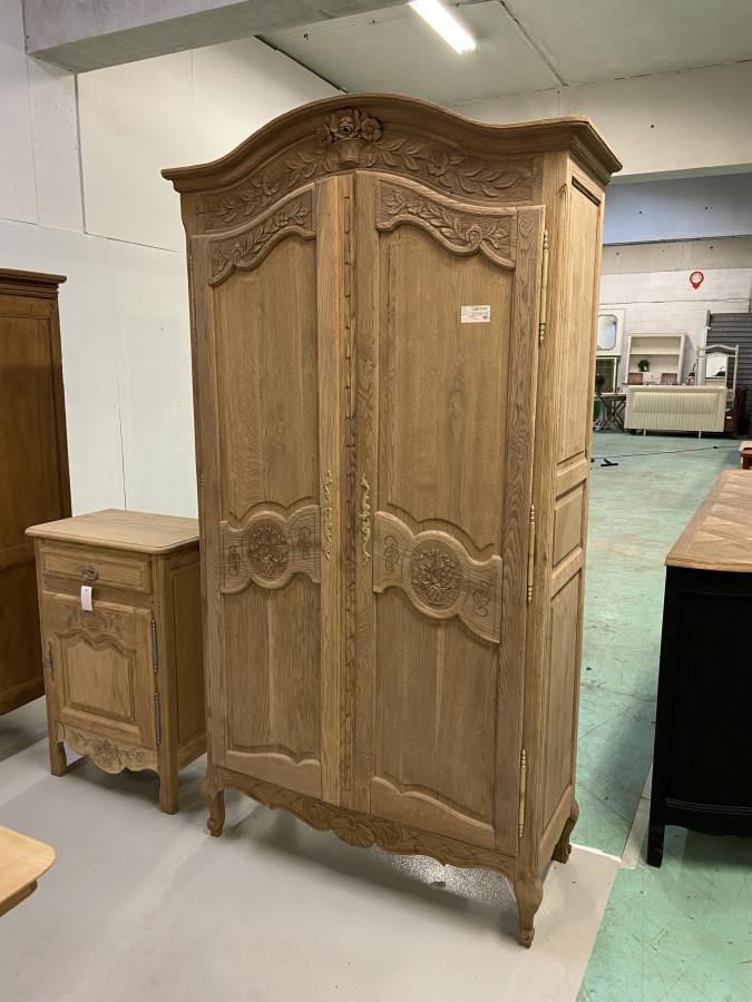 Elégante armoire en chêne sculptée