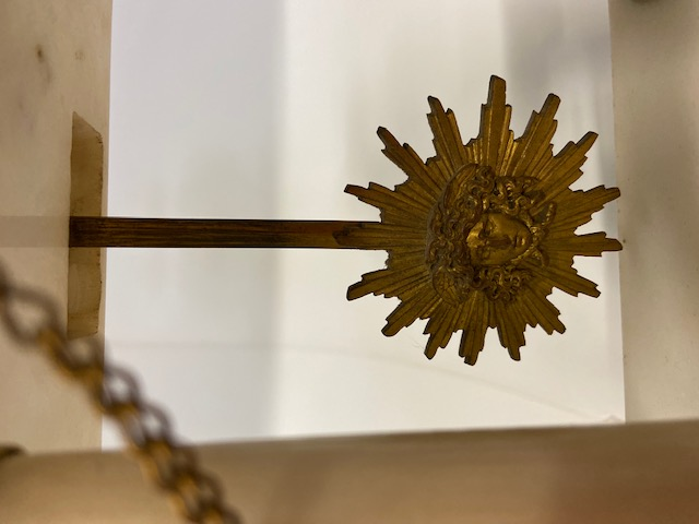 Pendule à portique de style Louis XVI en bronze et marbre