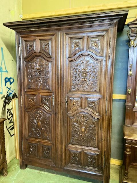 Grande armoire en chene richement scupltée