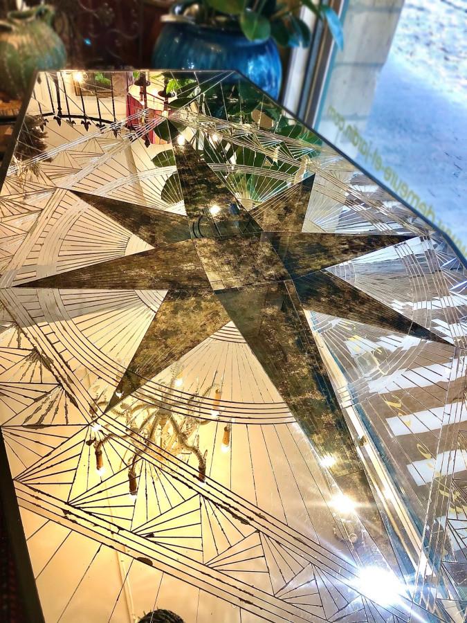 Incroyable table en marqueterie de miroir de la maison Roméo
