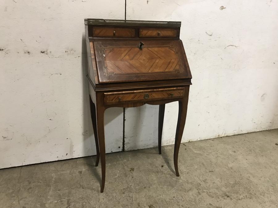 Petit bureau de dame de style Louis XV Régence en marqueterie