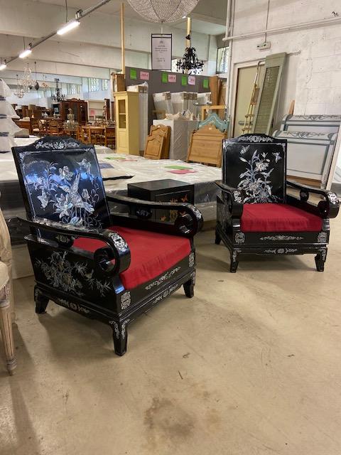 Paire de fauteuils laqués vitenamiens