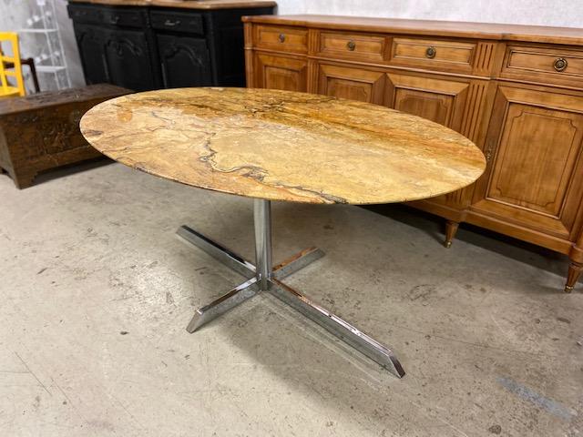Table ovale plateau marbre dans le goût de Florence Knoll